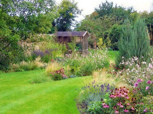 Оформление цветами сада природного дизайна