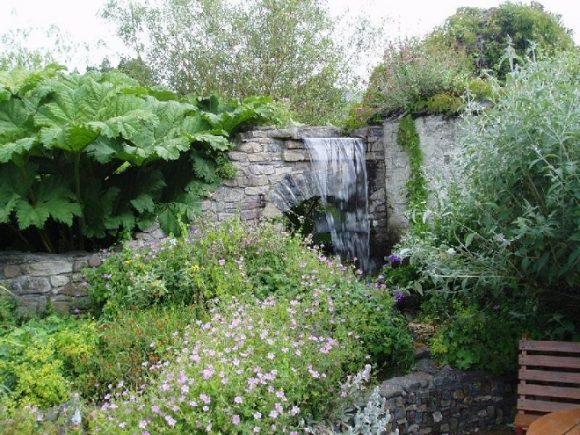 Водопад на участке природного дизайна