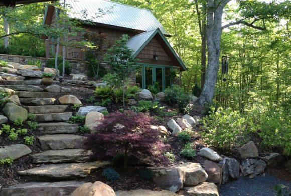 Лестница в саду природного дизайна