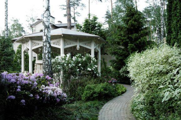 Беседка в саду природного дизайна