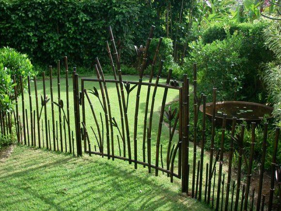 Забор авторского исполнения на участке природного дизайна