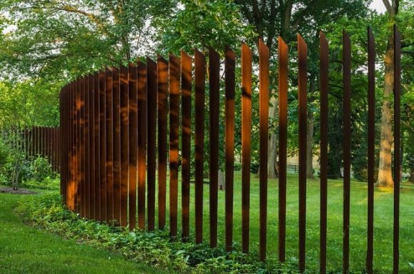 Забор необычного дизайна на участке экостиля