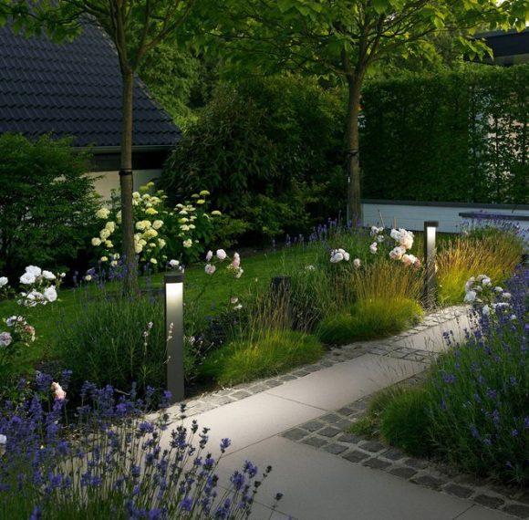 Освещённая дорожка в саду экостиля