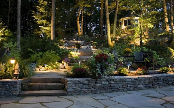 Освещение лестницы и зоны отдыха в саду экостиля