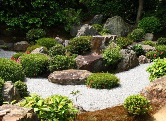 Рокарий с вечнозелёными кустарниками