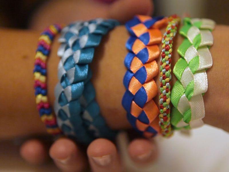 Плетение браслетов из лент: 20 идей с фото