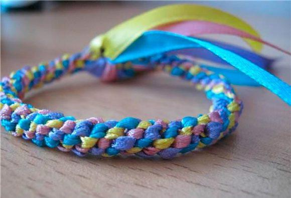 Плетеный браслет из лент