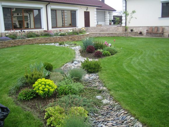 Сухой ручей на газоне садового участка