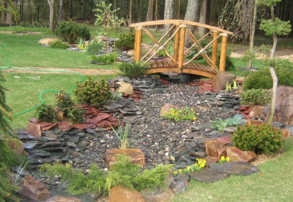 Колоритный мостик в саду природного дизайна