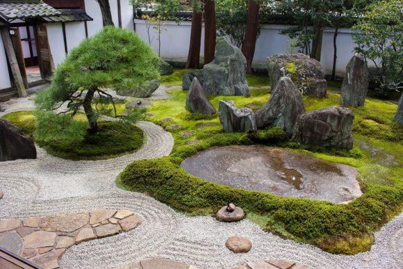 Японский сад камней на участке загородного дома