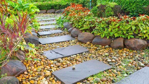 Бордюр из камней в саду