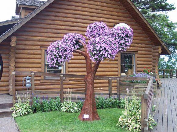 Подвесной садик на пластиковой имитации древесного ствола