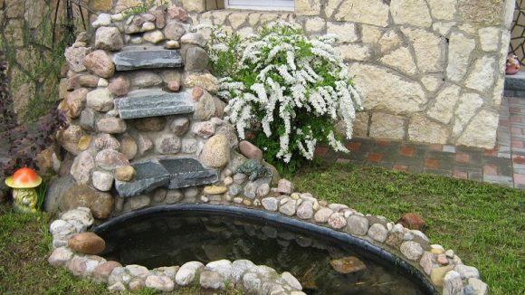 Спирея у декоративного водопада