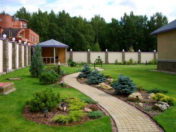 Колоритный бордюр-рокарий у садовой дорожки