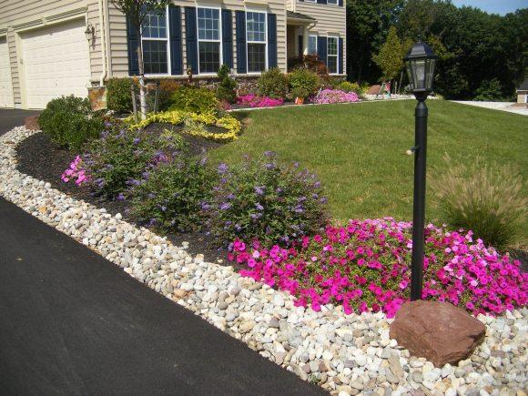 Каменно-цветочная композиция у садовой дорожки