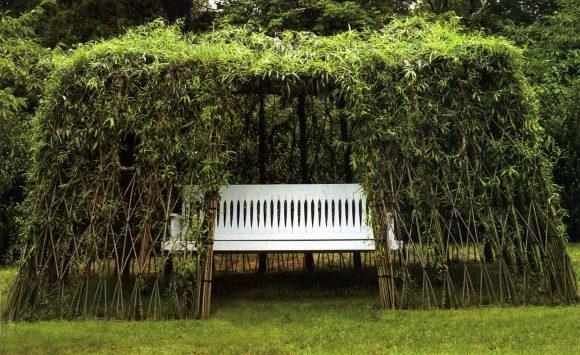 Садовая лавочка под живым ивовым навесом