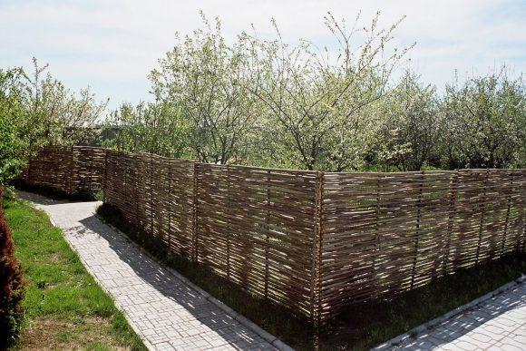 Дачный плетень из ивовых прутьев