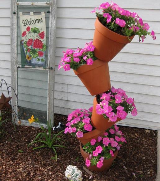 Оригинальная вертикальная клумба из цветочных горшков