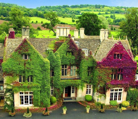 Старинный английский дом, увитый плющом