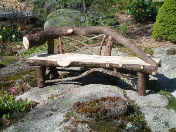 Садовая скамейка из стволов деревьев