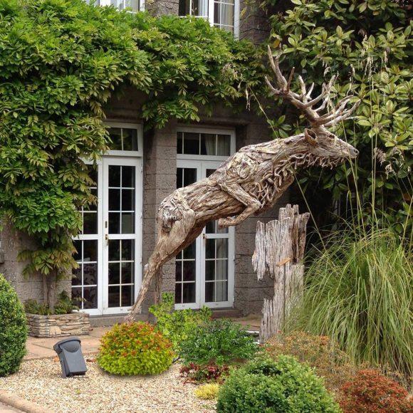 Эффектная скульптура из веток на садовом участке
