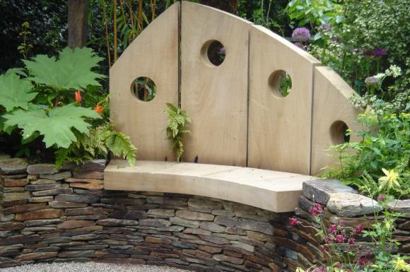 Деревянная скамья на каменном основании