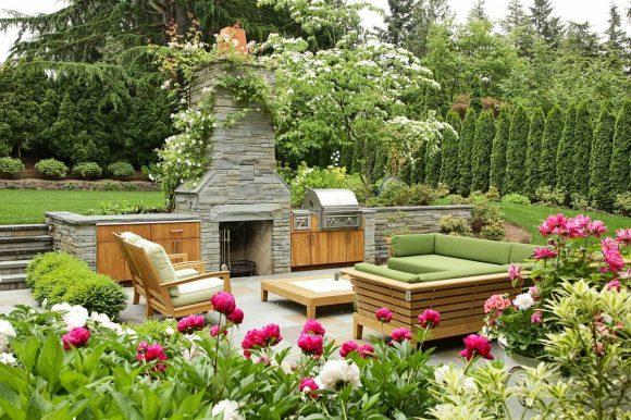 Зона отдыха на даче в окружении цветущих пионов