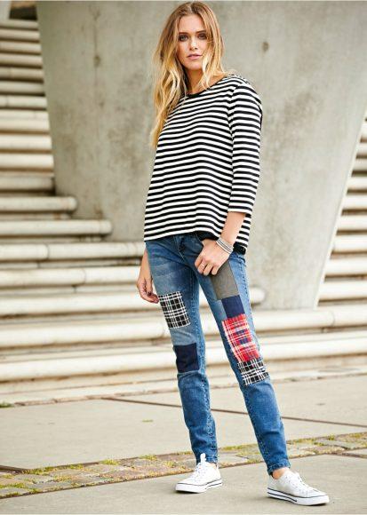 Девушка в джинсах с заплатками