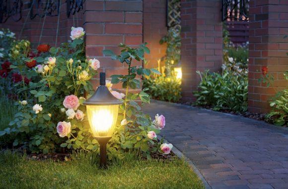 Освещение большого двора загородного дома
