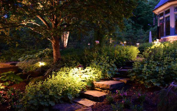 Подсветка лестницы в саду природного дизайна