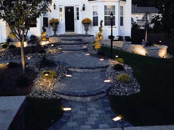 Красивое освещение входа в загородный дом