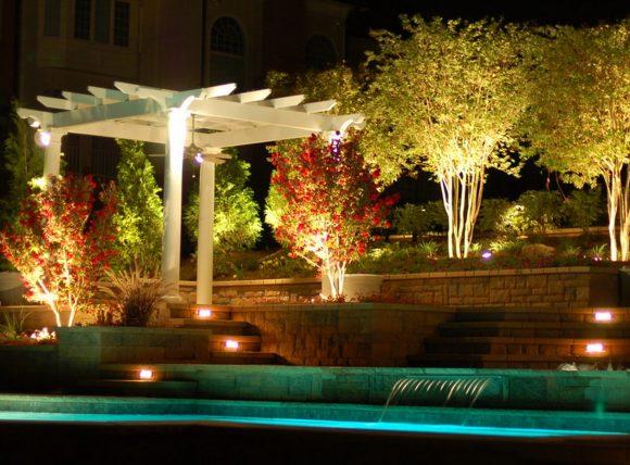 Подсветка деревьев на дачном участке