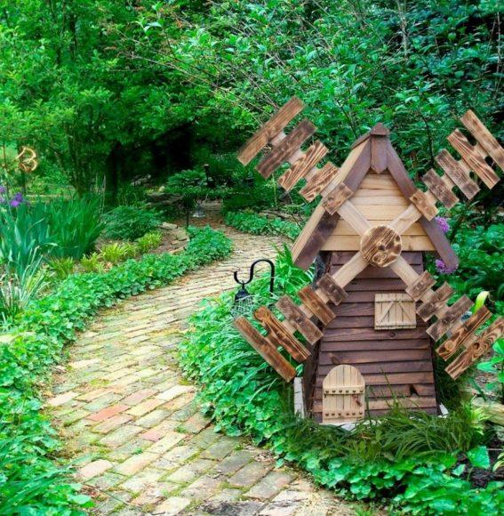 Декоративная мельница у тропинки
