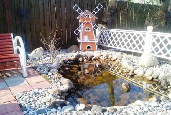 Маленькая мельница у декоративного пруда
