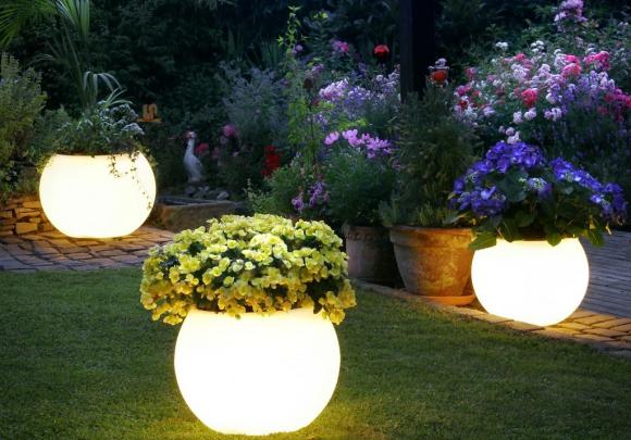 Эффектные светильники, украшенные цветами