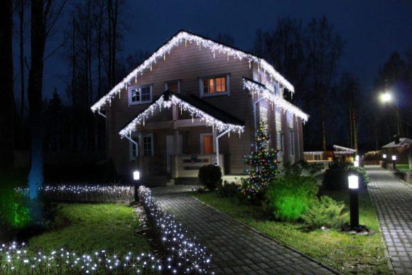 Праздничное освещение загородного дома