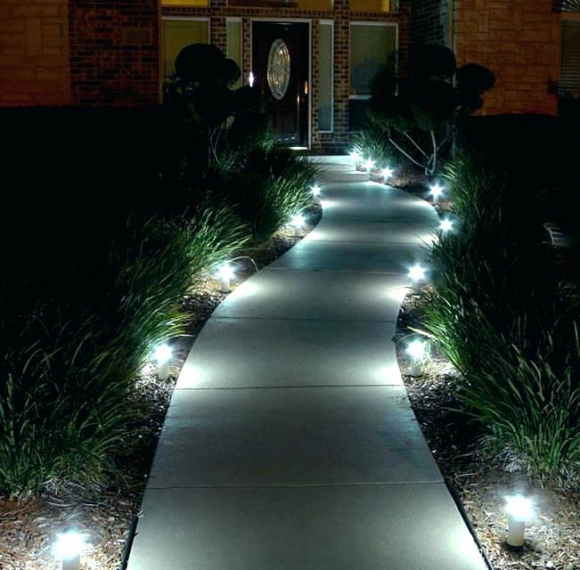 Освещение дорожки маленькими светильниками