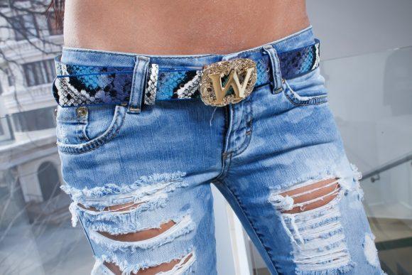 Девушка в дырявых джинсах