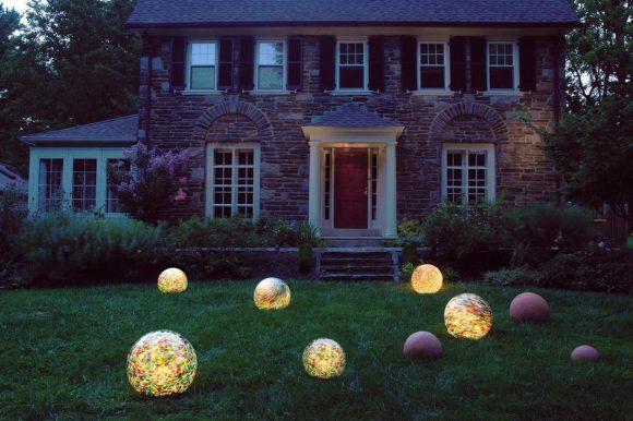 Украшение газона круглыми светильниками