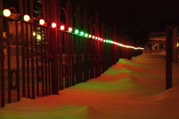 Праздничная иллюминация на дачном заборе