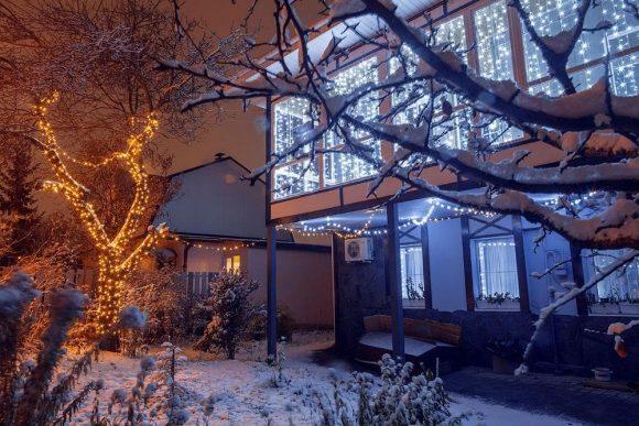 Иллюминация на доме и деревьях
