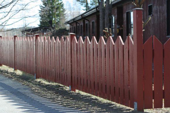 Традиционный забор-штакетник для дачи