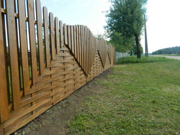 Плетёный забор из досок