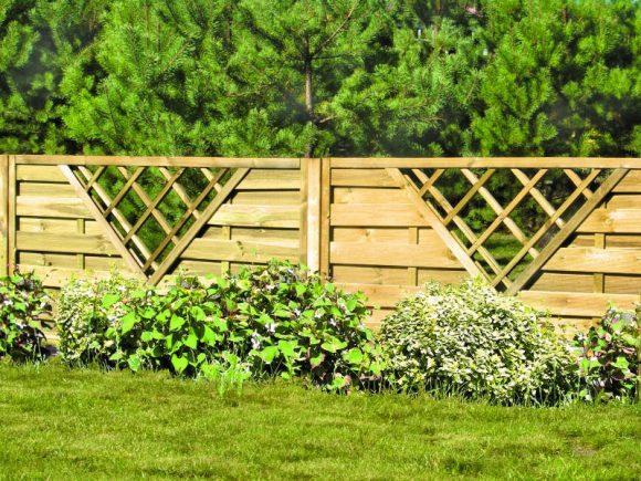 Деревянный забор с декоративной решёткой