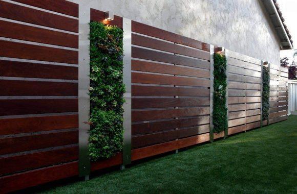 Деревянный забор с металлическими опорами