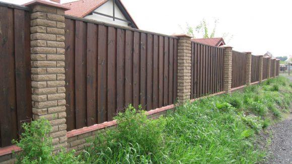 Деревянный забор с кирпичными опорами