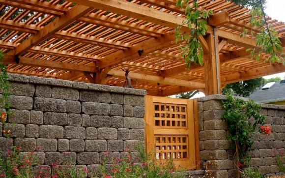Каменный забор с деревянной перголой