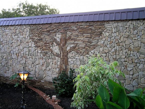 Украшенный каменный забор