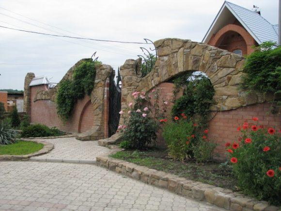 Невероятно красивый каменный забор