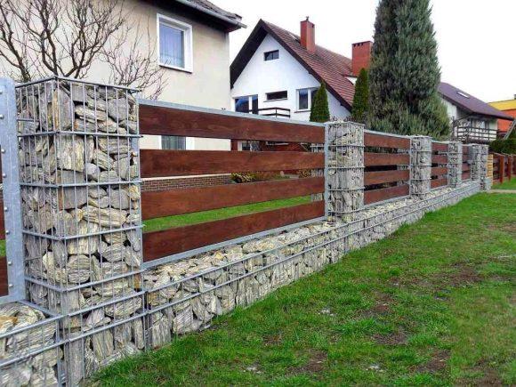 Забор с оригинальными каменными колоннами